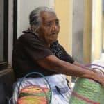 """Ana María, de 88 años: """"Si yo no salgo a vender, no como"""""""