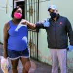 Candidato a diputado Cesar Guzmán hace entrega de raciones alimenticias durante recorrido por sectores de SDO
