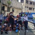 Manuela López entrega útiles deportivos y mascarillas en Cancha de Guajimía