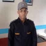 Hombre se hace pasar por policía para poner en libertad a un detenido