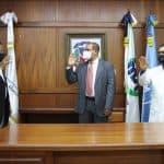 Doctor Feliz Feliz juramenta al director del Hospital Marcelino Vélez Santana