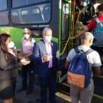 Radhamés González entrega lazos rosados a usuarios OMSA en parada  Pintura en Herrera