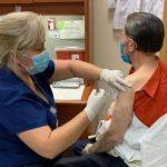 Amable Aristy Castro se vacuna contra el Covid-19