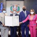 Cámara de Diputados entrega pergamino a CoopManoguayabo; Premios SDO, también, ponderan labor de la institución