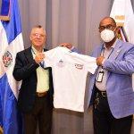 Alcalde SDE Manuel Jiménez recibe camiseta alusiva al Vlll Torneo Superior de Voleibol 2021 de esta provincia