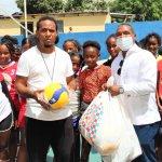 Lic. Víctor Terrero realiza donación de útiles deportivos a Escuela de Volibol El Faraón