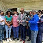 Inavi y consulado dominicano en Juana Méndez entregan una vivienda amueblada, útiles escolares y electromecánicos en Esperanza